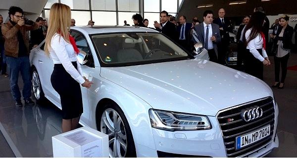 - En vous embarquant à bord de voitures exceptionnelles-l'Audi Motor Show dévoile l'Audi S5-l'Audi S8 et l'Audi R8-e