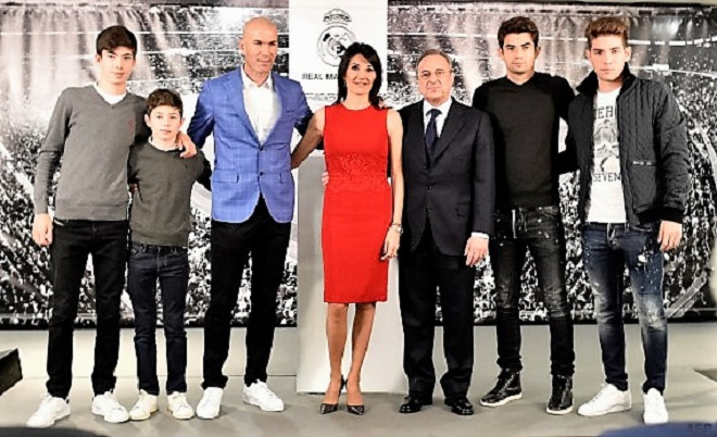 Real Madrid's new French coach Zinedine Zidane (3rdL) poses with his wife Veronique (C) and their sons and Real Madrid's president Florentino Perez (3rdR) after a statement at the Santiago Bernabeu stadium in Madrid on January 4, 2016. Rafael Benitez's unhappy reign in charge of Real Madrid came to an end after just seven months and 25 games when he was sacked and replaced by club legend Zinedine Zidane today. AFP PHOTO/ GERARD JULIEN / AFP / GERARD JULIEN
