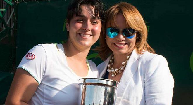 Ons-Jabeur-lors-de-sa-récente-victoire-au-Nana-Trophy 2016-avec-Salma-Mouelhi-Présidente-de-la-FTT