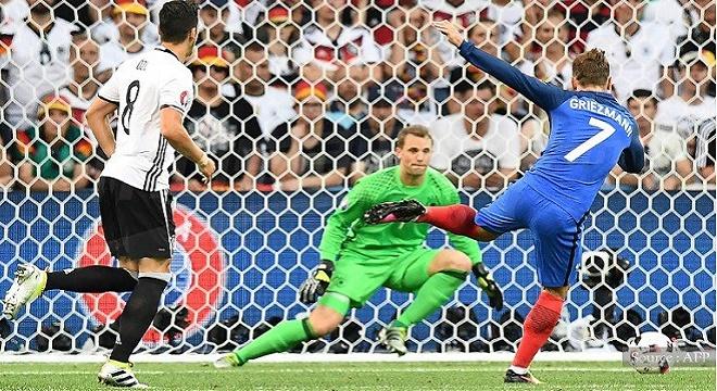 - Euro-2016-La-France-en-finale-après-sa-victoire-sur-l'Allemagne-2-0-le-public-exulte-2