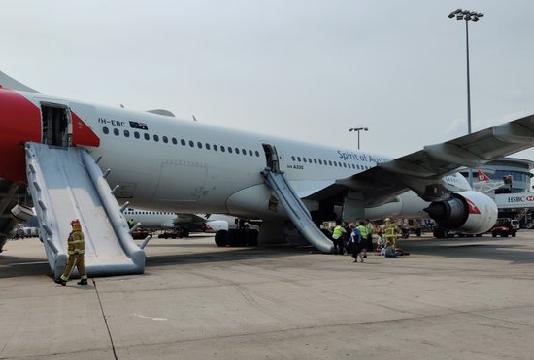 Des passagers quittent un avion par les toboggans d'évacuation à l'aéroport de Sydney