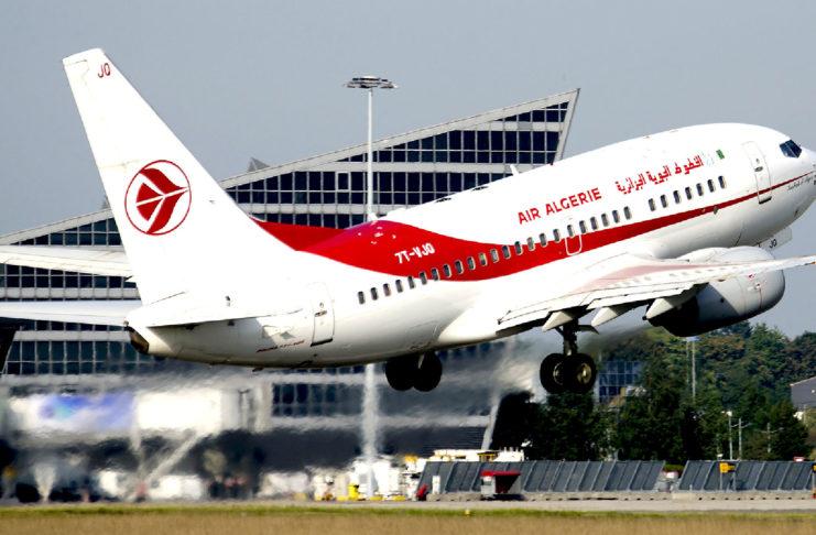 Un avion d'Air Algérie regagne le sol juste après son décollage