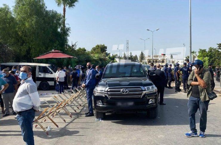 Depuis l'interdiction d'accès à l'ARP, Rached Ghannouchi demeure dans son véhicule devant le bâtiment (Vidéos)