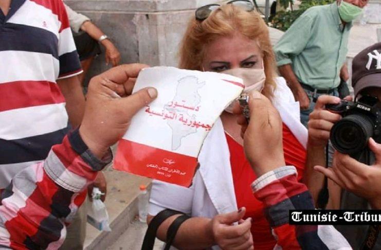 Des manifestants pro Kais Saïed déchirent et brûlent une copie de la Constitution... le parquet ouvre une enquête (Photos)