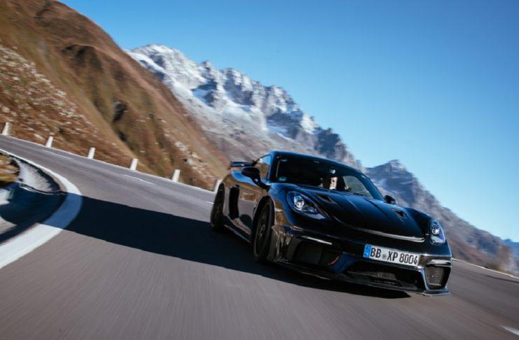 Le Porsche 718 Cayman GT4 RS s'illustre lors de sa phase finale d'essais